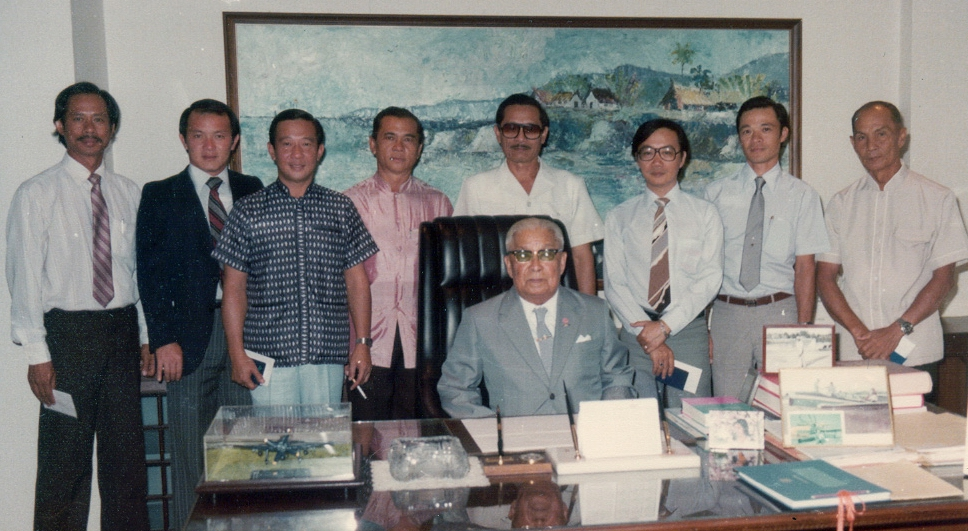 Some members of the first committee of the Thai Flying Club with the founding President Fuen Ronnapakas Riddhagani.